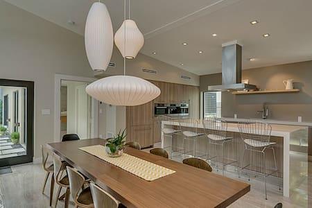 Brand New Mid Century Style Home - Dům