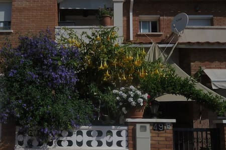 Habitación soleada exterior - Roda de Berà - Huis
