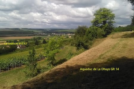 Belle maison au calme entre vignes et forêt - Dům