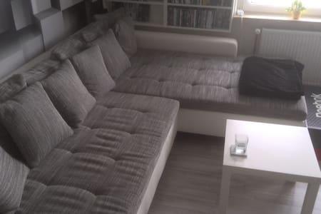 ruhiges, waldnahes 30qm Zimmer mit Balkon - Pis