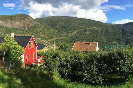 Farmhouse outlooking the fjord - Casa