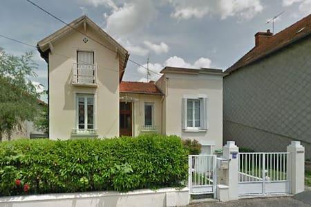 Maison conviviale dans une rue calme - Ev