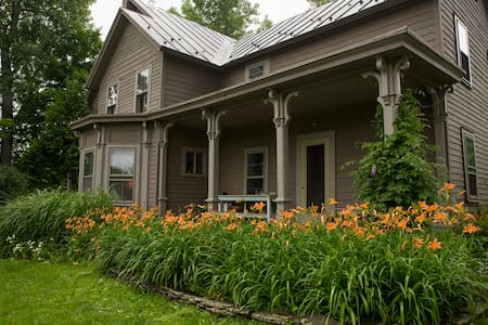 4BR Upstate NY Victorian Farmhouse w Pizza Oven - Rensselaerville