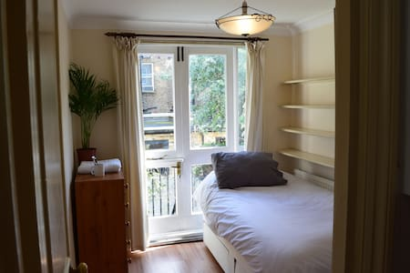 Light filled room &outdoor area in West Kensington - Londra - Appartamento
