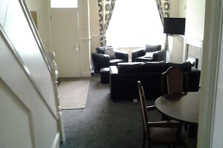 Fern Lodge Serviced Accommodation  Twin Room (1) - Preston - House