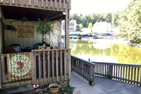 Great tiny condo walk out level on the lake. - Apartamento