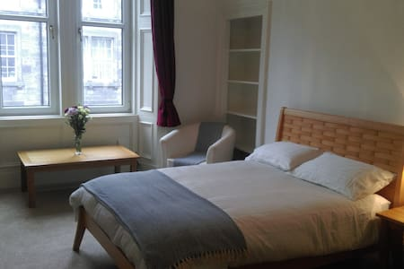Master bedroom in Easter Road flat for Fringe - Edimburgo - Appartamento