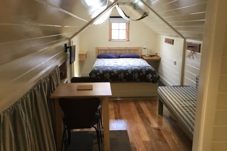 Cosy loft .Close to town . - New Town - Loft