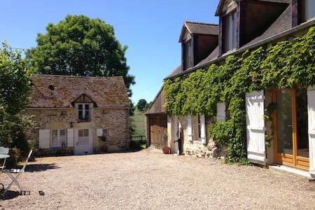 Large, Sunny Farmhouse Apartment - Brieux - Leilighet