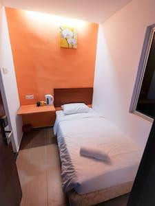 Colour Hotel-Single Room - Gelugor - Bed & Breakfast
