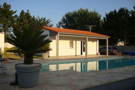 Maison au calme avec piscine privée - House
