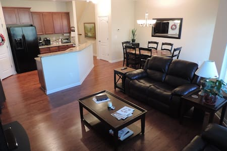 Luxurious, Comfortable, & Quiet Townhome - Raleigh