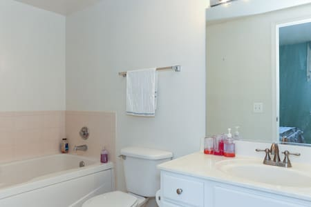 Cozy private room with private bath - Arlington - Apartment