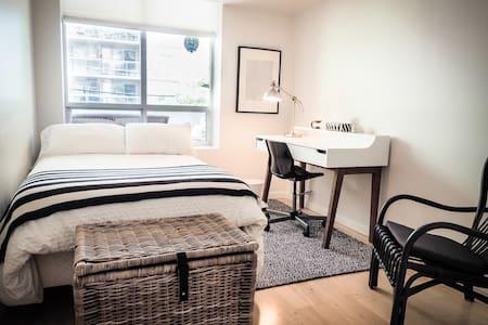 Cosy Downtown Bedroom + Parking