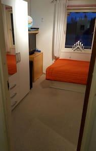 Gemütliches Zimmer, zentral gelegen - Mogreina - House