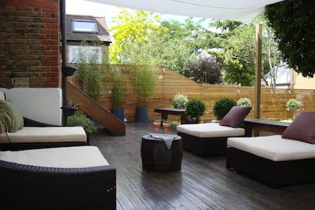 Independent En-suite garden room - London - House