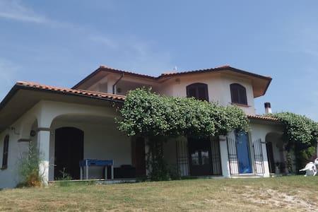 Villa con piscina a 45 min. da Roma - Villa