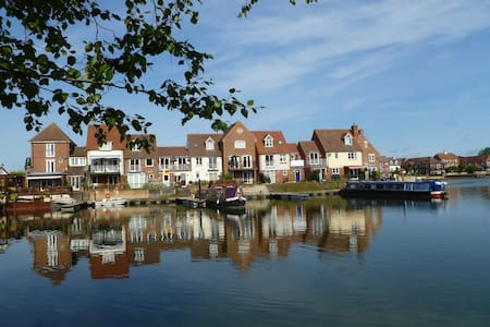 Sunny double room on Thames marina - Bed & Breakfast