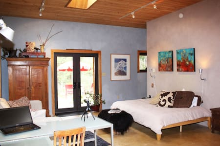 Tranquil Taos Mountain Artisan Casa - Rumah
