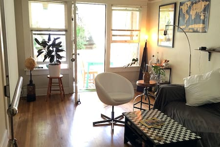 Vintage 2 Room Studio  w/ Balcony
