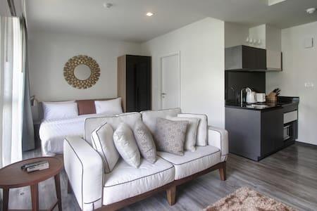 Swanky new condominium in Patong - The Deck - Selveierleilighet