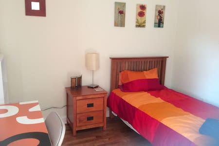 Bright, clean bedroom in apartment in Beechwood Village, close to downtown, museums, art galleries, and the Byward Market. Take beautiful walks in nearby Stanley Park along the Rideau River. Lots of amenities nearby. Wifi and parking included.