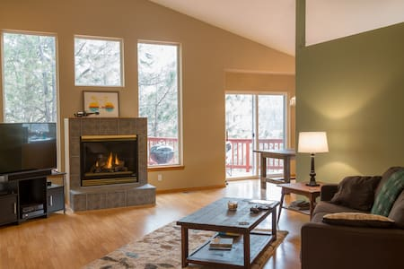 Cozy Fireside Retreat - Spokane - Hus