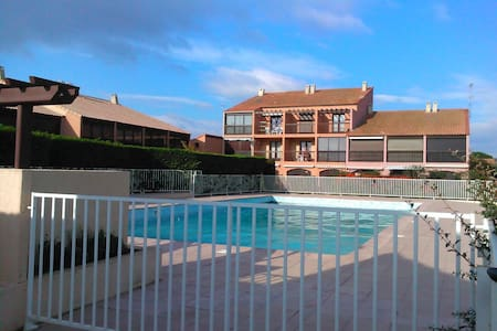 Gruissan, Grazel beach, pool and sea - Gruissan - Apartmen