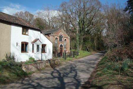 Rural white-washed cottage in friendly village - Casa