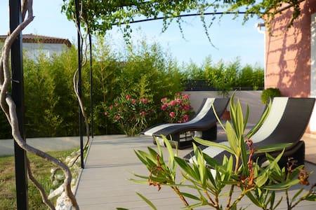 chambre/villa au calme avec piscine - Maison