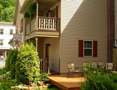 Charming home with private parking - walk to town! - Jim Thorpe