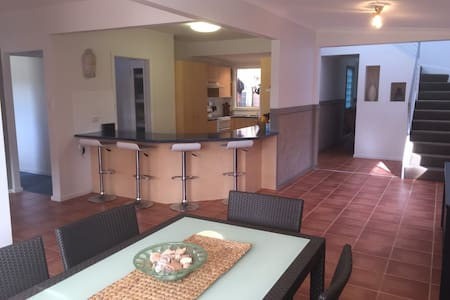 Large downstairs of 4 Bedroom house - Maison