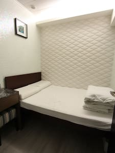 Cozy bed for 2, 3.5 min to MTR - B3