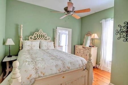 Beautiful suite in historic Beaufort, N.C. cottage - 一軒家