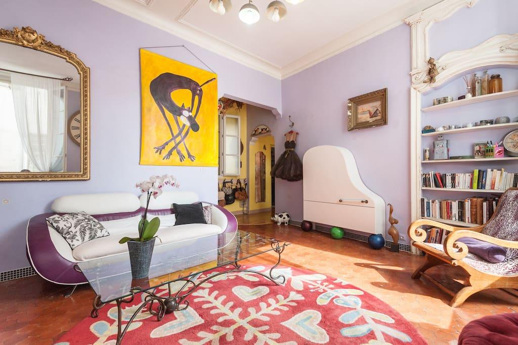 Le salon ( oui oui, le meuble blanc est un ex-piano! )