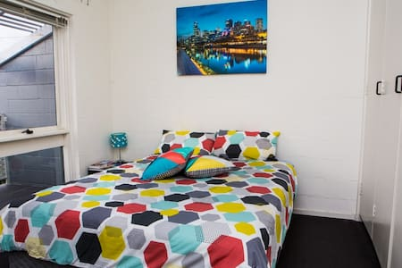 Spacious double room in Carlton Nt