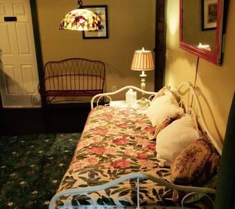 Garden Apartment - Pet friendly - Petoskey - Bed & Breakfast