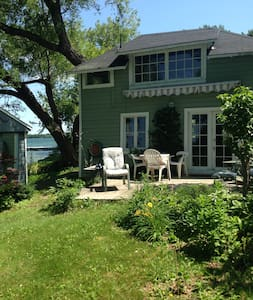 """Bunkie"" Private Waterfront Cottage - Wolfe Island - Cabaña"