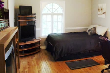 Private Room in the Heart of Old Port Dalhousie on the Henley. Steps from Old Port Dalhousie Beach and a 20 minute drive to Niagara on the Lake or Niagara Falls (25 minutes). Comes with Cable TV, WiFi, Shower Ammenities, Towels, Tourist Information