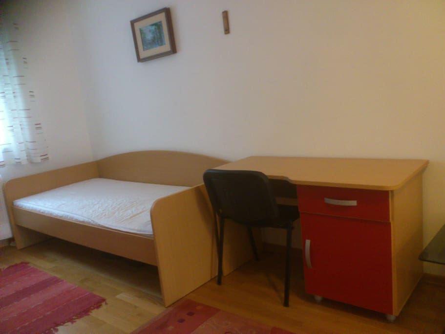 Right bed. Now without the writing desk