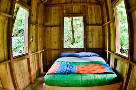 Secluded Glamping Cabin Near Creek - Stuga