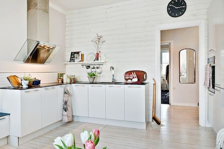 Enjoy your stay at this charming and newly renovated apartment in the heart of Majorna- Gothenburg's greenest and most beautiful area. You reach Slottskogen, Linné and Avenyn within walking distance, or hop on the near located tram.   The old wood panel floor meets the modern kitchen and creates a room with a great vibe and lots of seats. Right outside the door you find many top quality, but low price, restaurants, bakery's & stores.  Have a BBQ in the courtyard or a beer at the pool. Welcome!