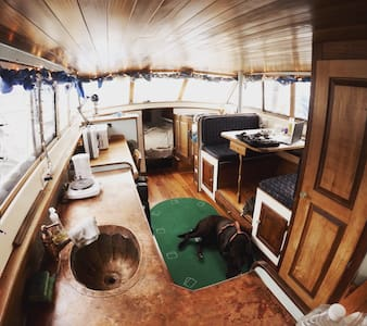 Room type: Entire home/apt Bed type: Real Bed Property type: Boat Accommodates: 2 Bedrooms: 0 Bathrooms: 1