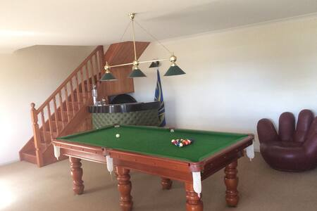Private two story studio with bedroom + games room - Chambres d'hôtes