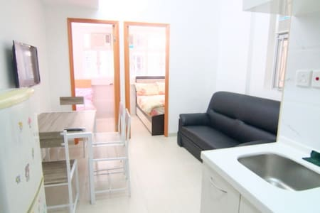 This is a 3 bedroom apartment, good for 6 people   Key area: can reach 3 MTR stations in 5 mins: Kowloon, Jordan & Austin  This cozy 3 bedroom apartment is well-equipped with all basic living necessity  這個三房公寓簡單清潔,各種基本生活設備都齊全,希望提供一個方便乾淨的住宿環境
