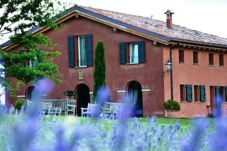 Cascina Cà Bianca dell'Abbadessa - Montecalvo - Bed & Breakfast