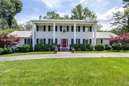 A White House in Falls Church, VA - Falls Church - Hus