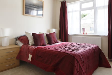Stunning Double Room, quiet street - Rumah