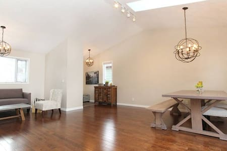 Bright & Spacious Suite! - Calgary - House