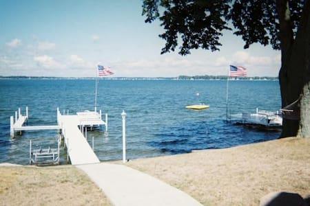 Lake Wawasee Lakefront Property - Talo
